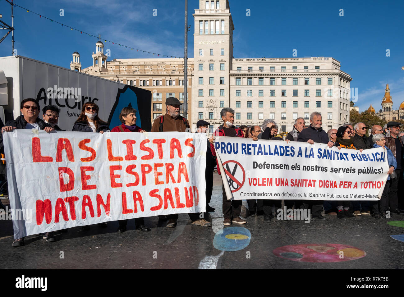 Barcelona, Spain. 10th December 2018. Protesters are seen holding  banners against waiting lists of public health during the protest. Called by Marea Blanca Catalunya within the state fight against the waiting lists and the commercialization of health, the protesters have toured the center of Barcelona to finish in front of the Generalitat of Catalonia. Credit: SOPA Images Limited/Alamy Live News - Stock Image