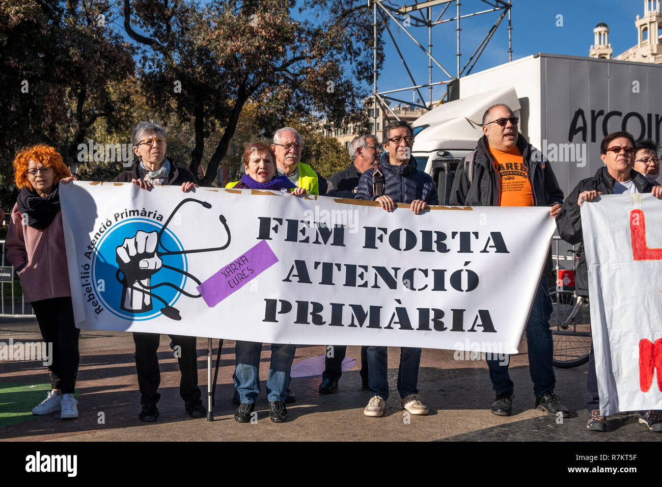 Barcelona, Spain. 10th December 2018. Protesters are seen holding a banner claiming to reinforce public health during the protest. Called by Marea Blanca Catalunya within the state fight against the waiting lists and the commercialization of health, the protesters have toured the center of Barcelona to finish in front of the Generalitat of Catalonia. Credit: SOPA Images Limited/Alamy Live News - Stock Image