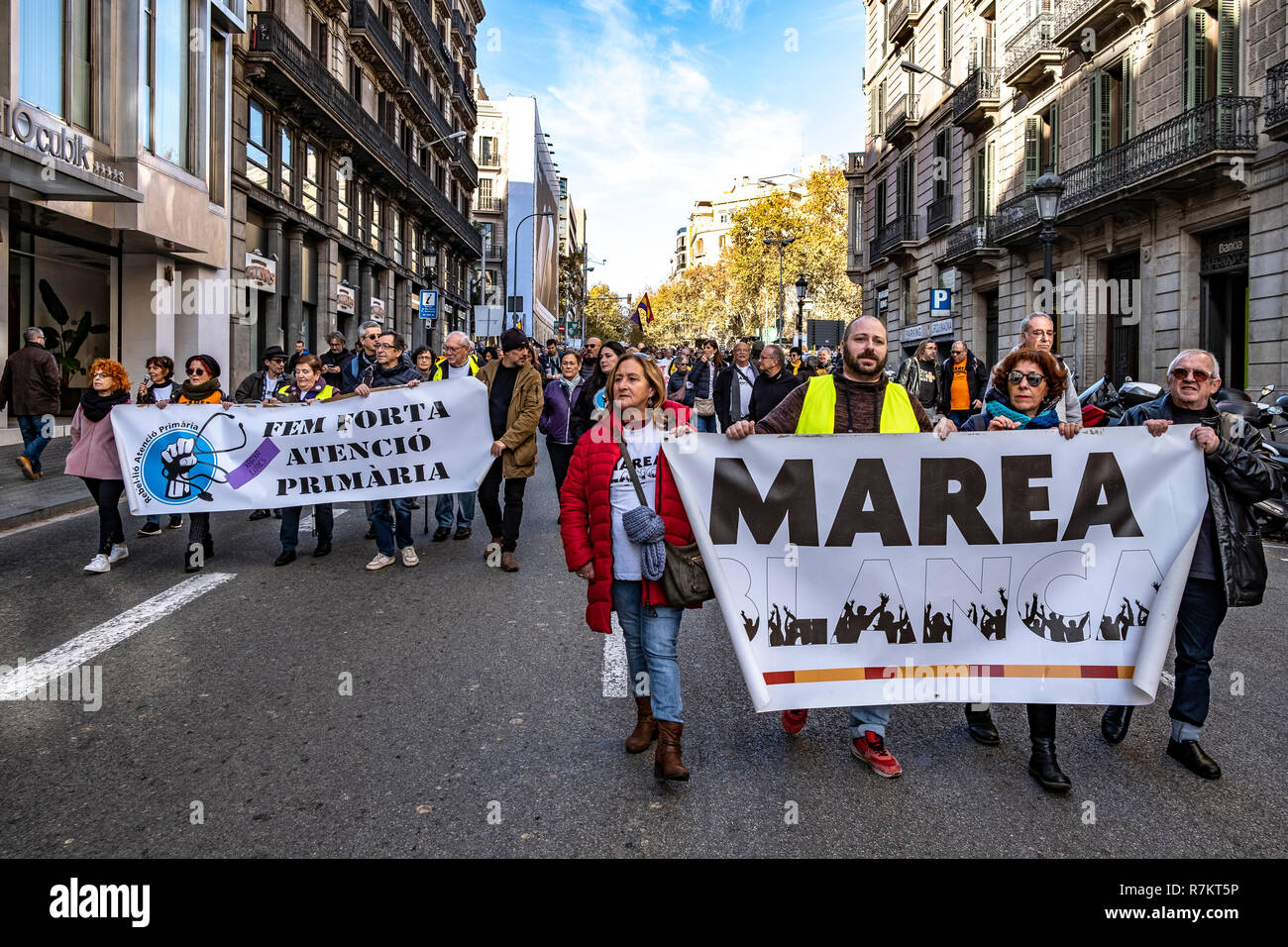 Barcelona, Spain. 10th December 2018. Protesters are seen holding a Marea Blanca banner during the protest. Called by Marea Blanca Catalunya within the state fight against the waiting lists and the commercialization of health, the protesters have toured the center of Barcelona to finish in front of the Generalitat of Catalonia. Credit: SOPA Images Limited/Alamy Live News - Stock Image
