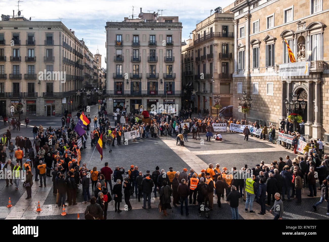 Barcelona, Spain. 10th December 2018. Protesters against the waiting lists of public health are seen gathered at  Plaza Sant Jaume during the protest. Called by Marea Blanca Catalunya within the state fight against the waiting lists and the commercialization of health, the protesters have toured the center of Barcelona to finish in front of the Generalitat of Catalonia. Credit: SOPA Images Limited/Alamy Live News - Stock Image