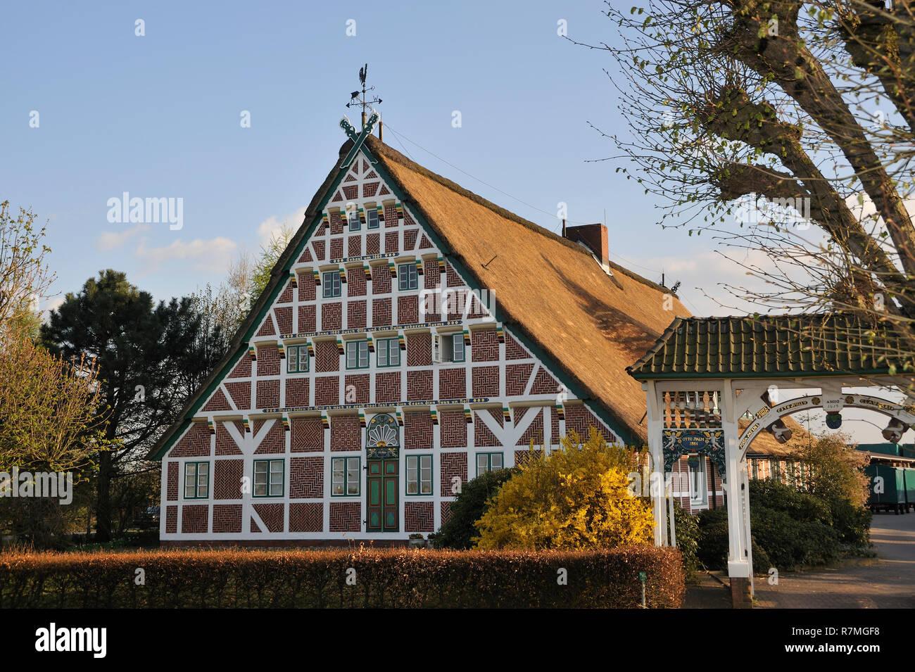 Altländer Bauernhaus mit weißer Prunkpforte, erbaut von Otto Palm um 1660, Stellmacherstraße 9, Neuenfelde, Stadtteil der Freien und Hansestadt Hambur Stock Photo