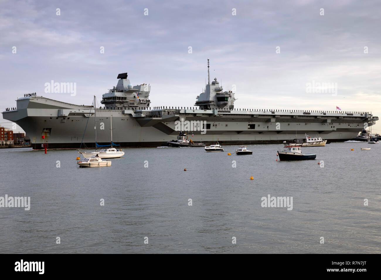 Royal Navy flagship HMS Queen Elizabeth arriving at her home port of Portsmouth on 10 December 2018 - Stock Image