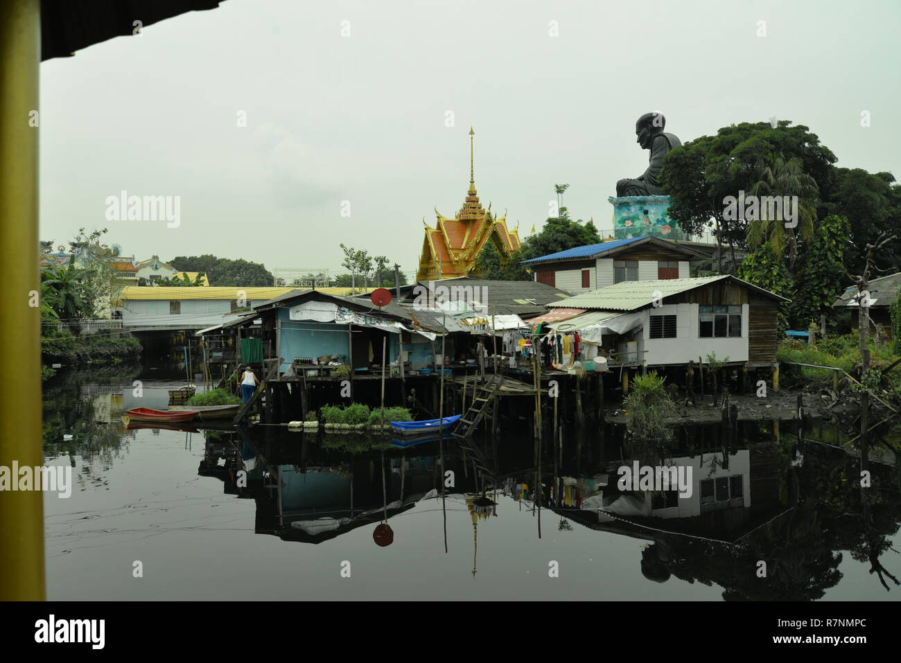 Waterway beneath a statue of a monk, pasakdek - Stock Image
