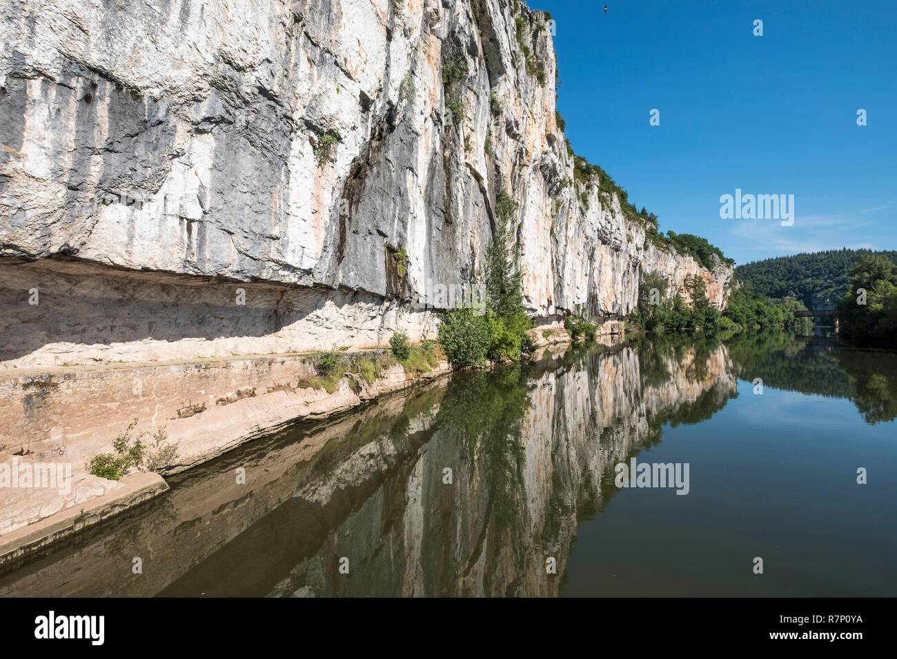 France, Lot (46), between Saint Cirq Lapopie and Bouziès, towpath of Ganil, Lot river - Stock Image