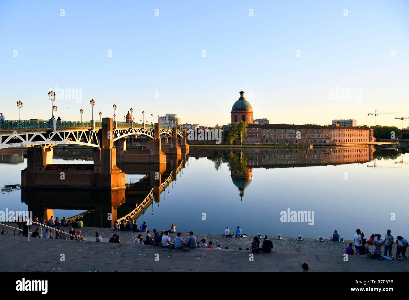 France, Haute Garonne, Toulouse, Garonne banks, Henri Martin Promenade, Quai Saint Pierre, Saint Pierre bridge and dome of Saint Joseph de la Grave Hospital - Stock Image