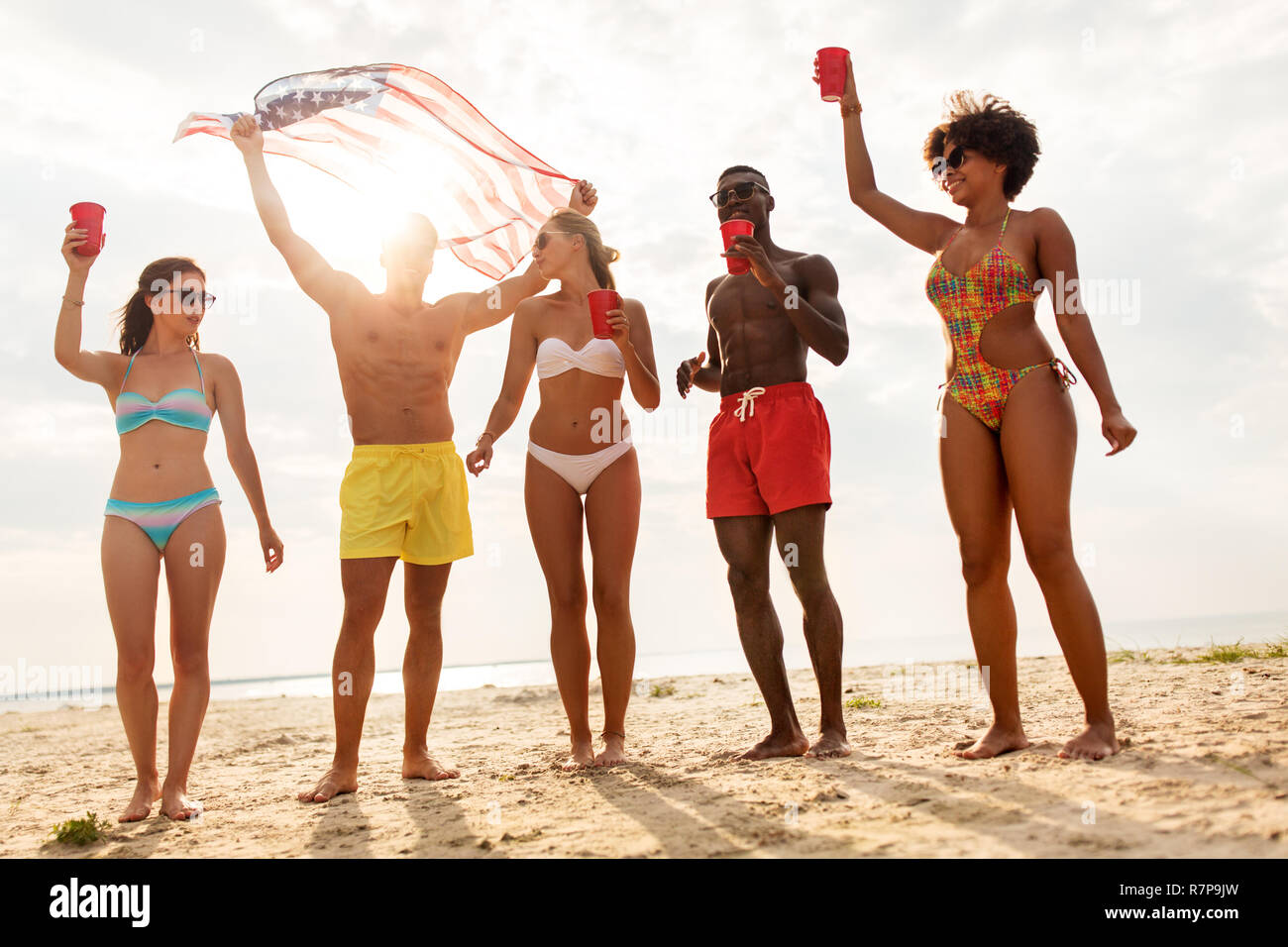 1189254c75 friends at american independence day beach party Stock Photo ...