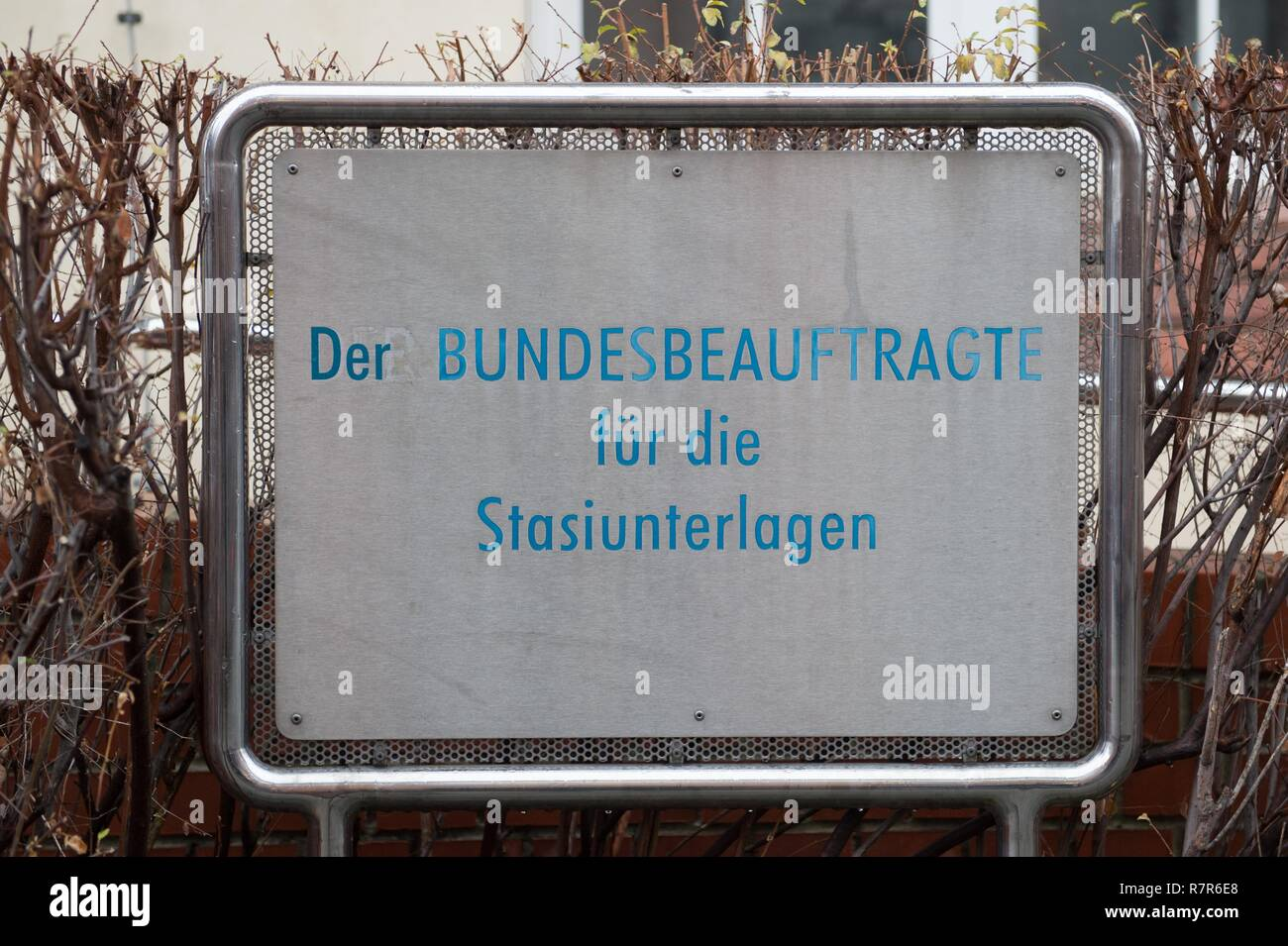 Dresden, Germany. 11th Dec, 2018. A sign with the inscription 'Der Bundesbeaufrtrage für die Stasiunterlagen' stands in front of the authorities building. The Stasi ID card of Russia's president and then KGB officer V. Putin was discovered in the authority. (to dpa 'Stasi identity card of Putin found in Dresden' from 11.12.2018) Credit: Sebastian Kahnert/dpa-Zentralbild/dpa/Alamy Live News - Stock Image