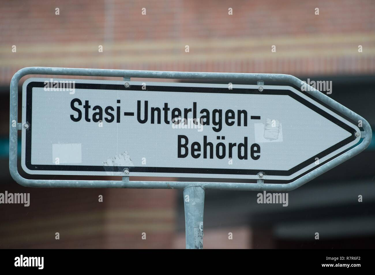 Dresden, Germany. 11th Dec, 2018. A sign with the inscription 'Stasi-Unterlagen-Behörde' stands at a crossroads. The Stasi ID card of Russia's president and then KGB officer V. Putin was discovered in the authority. (to dpa 'Stasi identity card of Putin found in Dresden' from 11.12.2018) Credit: Sebastian Kahnert/dpa-Zentralbild/dpa/Alamy Live News - Stock Image