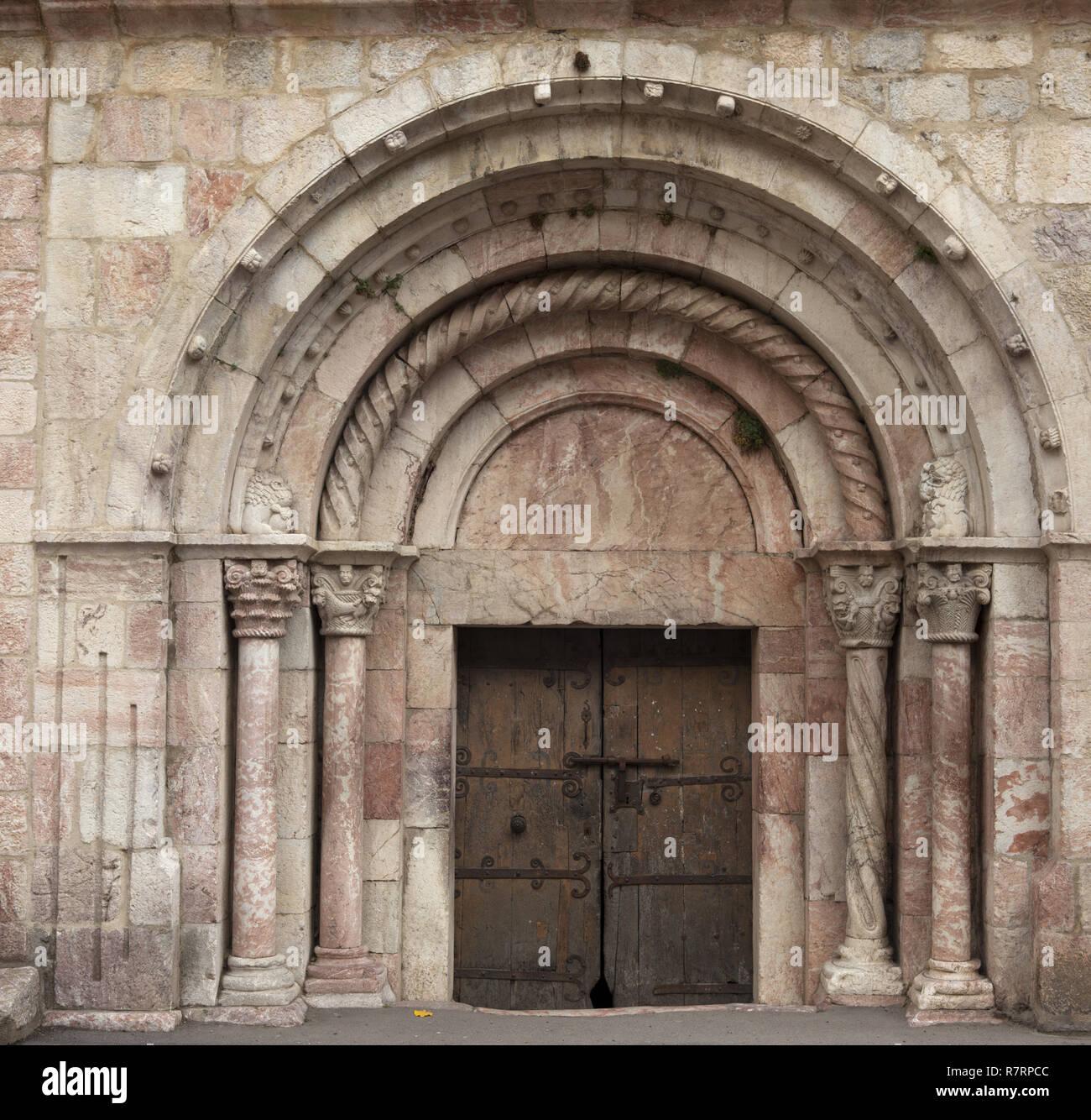 Villefranche-de-Conflent, The parish church (Église Saint-Jacques) The nave. 12th - 13th century. Southeast entrance door. Südostportal mit mittelalte - Stock Image