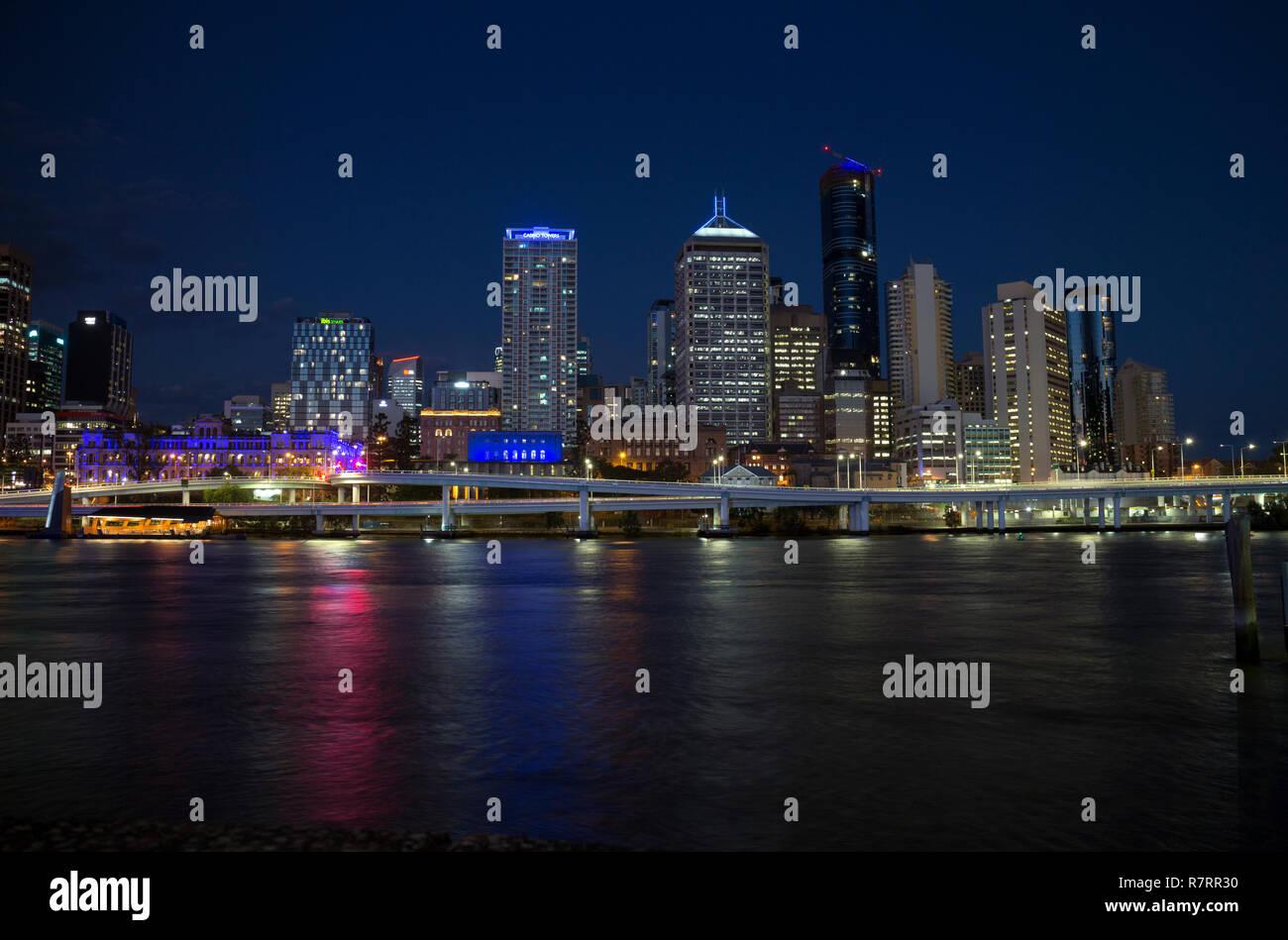 Brisbane city centre and Brisbane River at night, Queensland, Australia - Stock Image