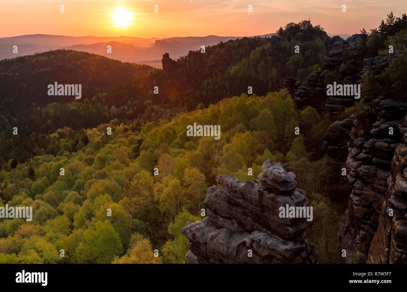 Blick vom Gohrischstein in die aufgehende Sonne / View from Gohrisch table mountain into the rising sun - Stock Image