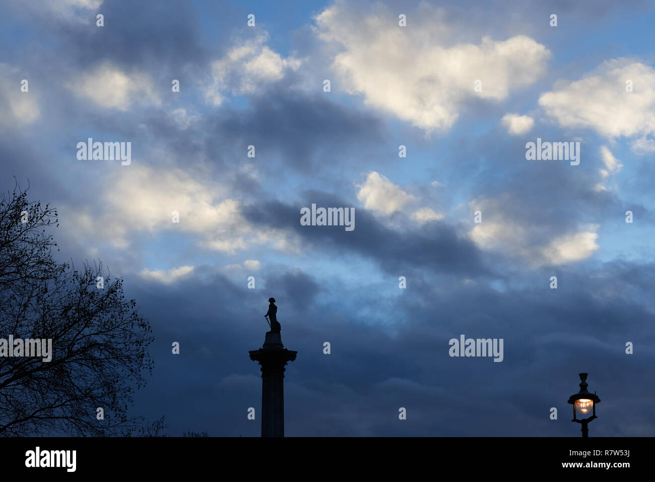 Nelson's column in Trafalgar Square, London, England, at nightime. - Stock Image