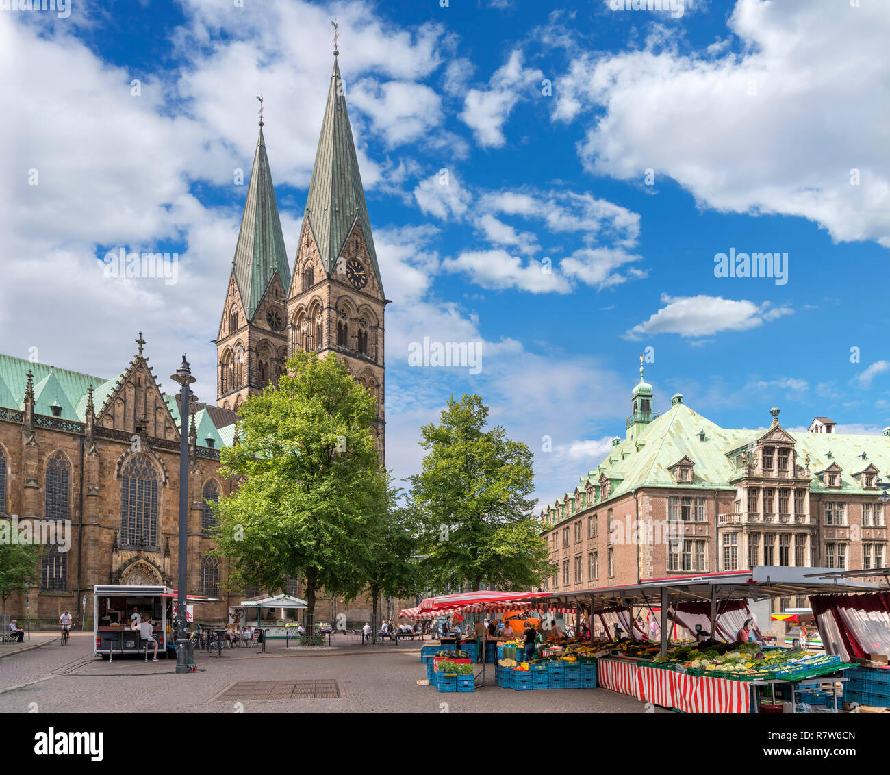 Market stalls on Domshof with the back of the Town Hall (Rathaus) to the right and Cathedral to the left, Bremen, Germany Stock Photo