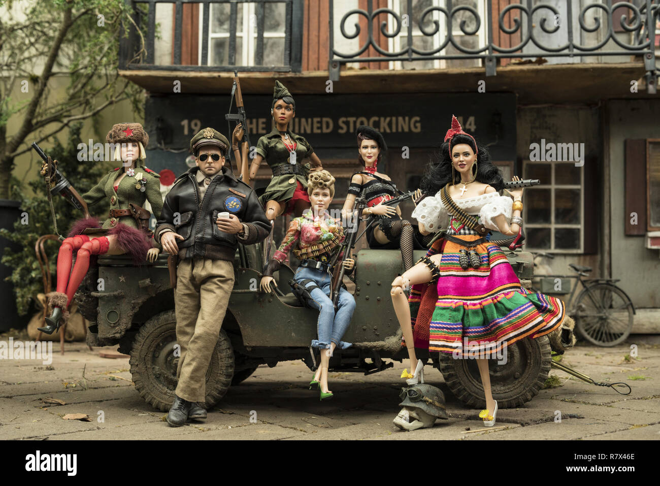 The dolls of Marwen (from left): Anna (Gwendoline Christie), Cap'n Hogie (Steve Carell), GI Julie (Janelle Monáe), Roberta (Merritt Wever), Suzette (Leslie Zemeckis) and Carlala (Eiza Gonzalez) in 'Welcome to Marwen,' directed by Robert Zemeckis.  Photo Credit: Universal Pictures and Storyteller Distribution Co., LLC. / The Hollywood Archive - Stock Image