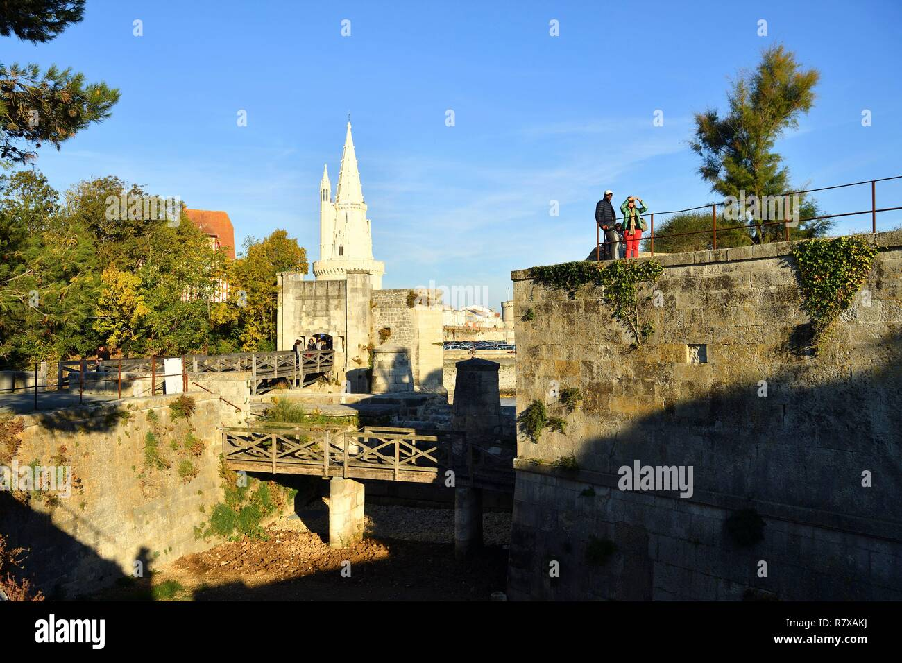 France, Charente-Maritime, La Rochelle, Ramparts with Porte des Deux Moulins (gate of the Two Mills) and Lantern tower (Tour de la Lanterne) at the entrance of the old port - Stock Image