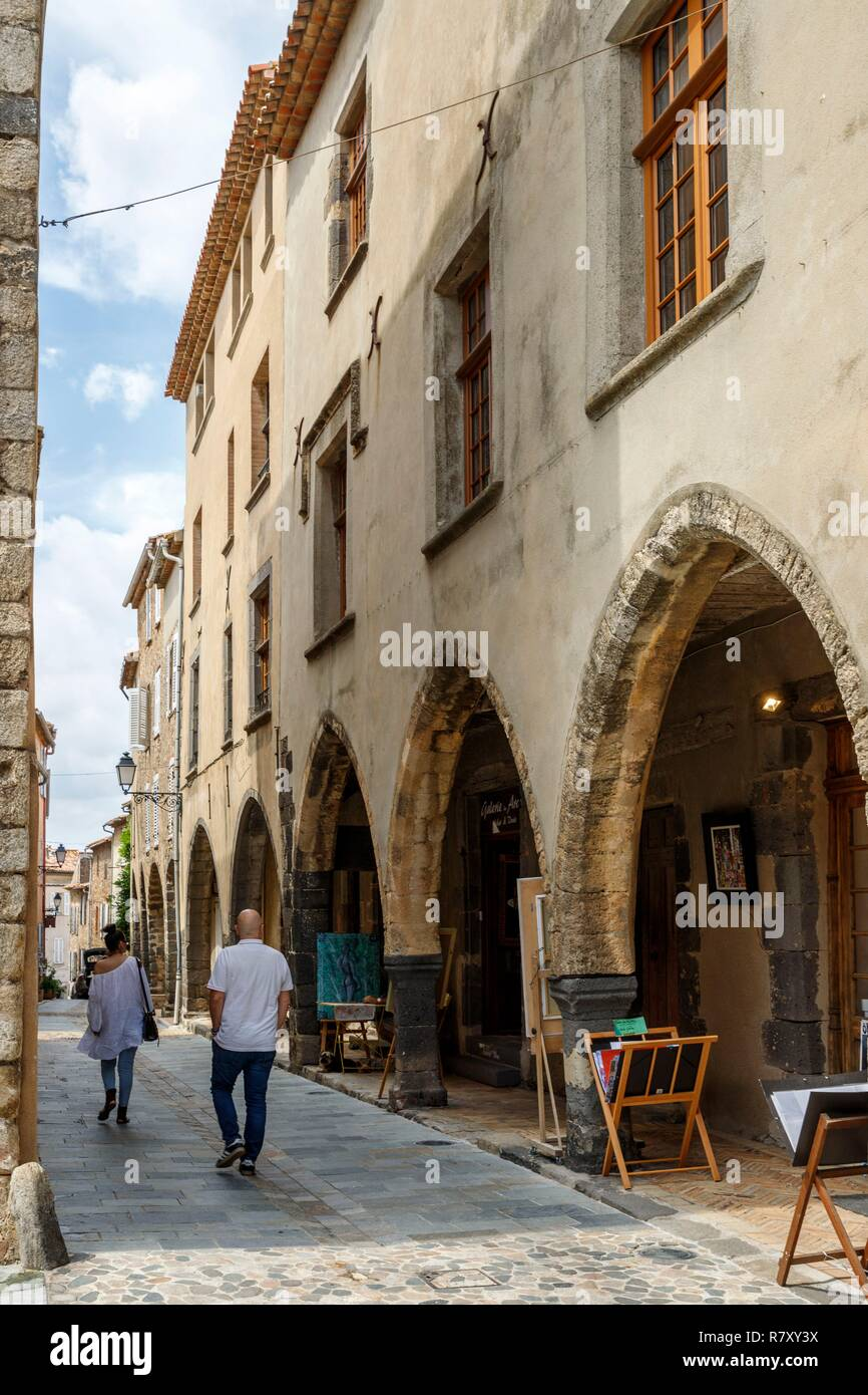 France, Var, Grimaud, narrow alley of the old village, Street of the Templiers - Stock Image