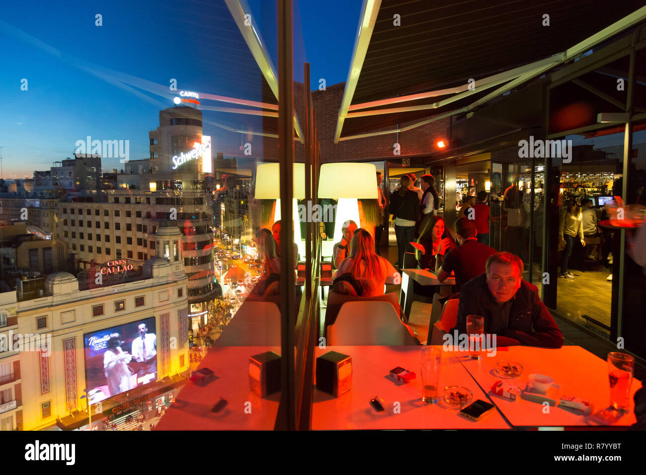 People enjoying evening drinks and amazing panoramic views of Madrid at dusk on rooftop bar of El Corte Ingles department store in Madrid, Spain. - Stock Image