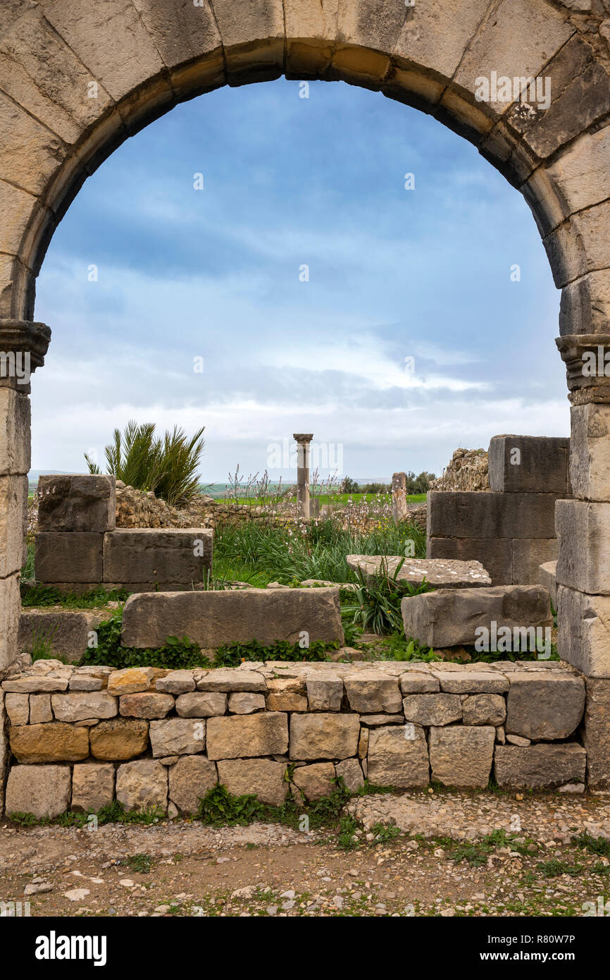 Mc480	Morocco, Meknes, Volubilis Roman site, view through one of three arches on main street Stock Photo