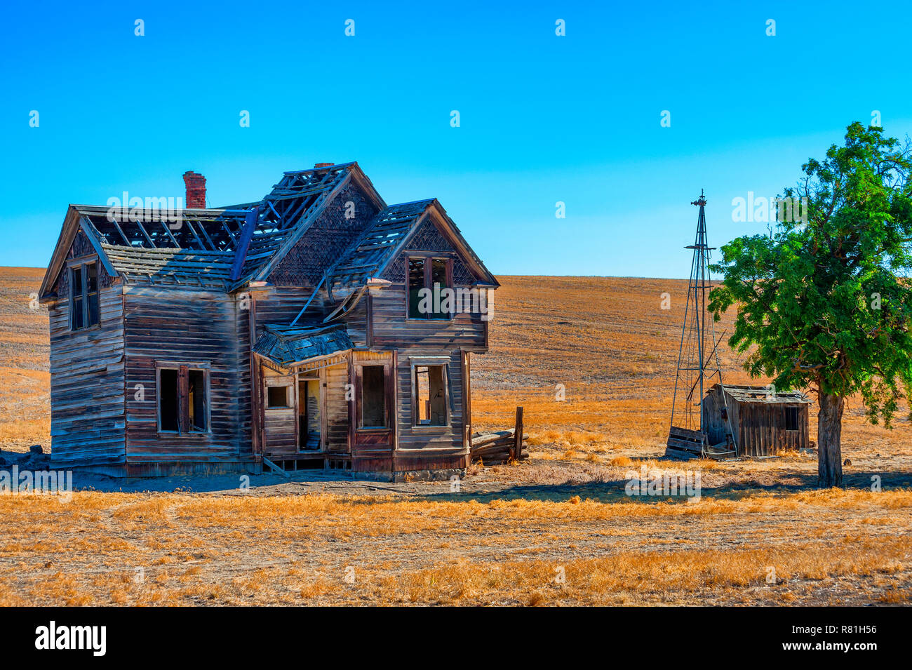 Dufur, Oregon, USA - July 19, 2017:  Old homestead home left to decay in central Oregon. - Stock Image