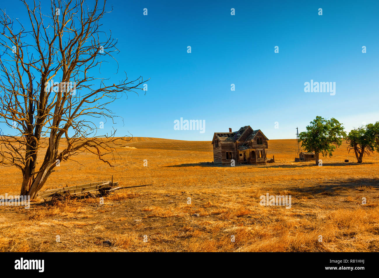 Dufur, Oregon, USA - July 19, 2017Old homestead home left to decay in central Oregon. - Stock Image