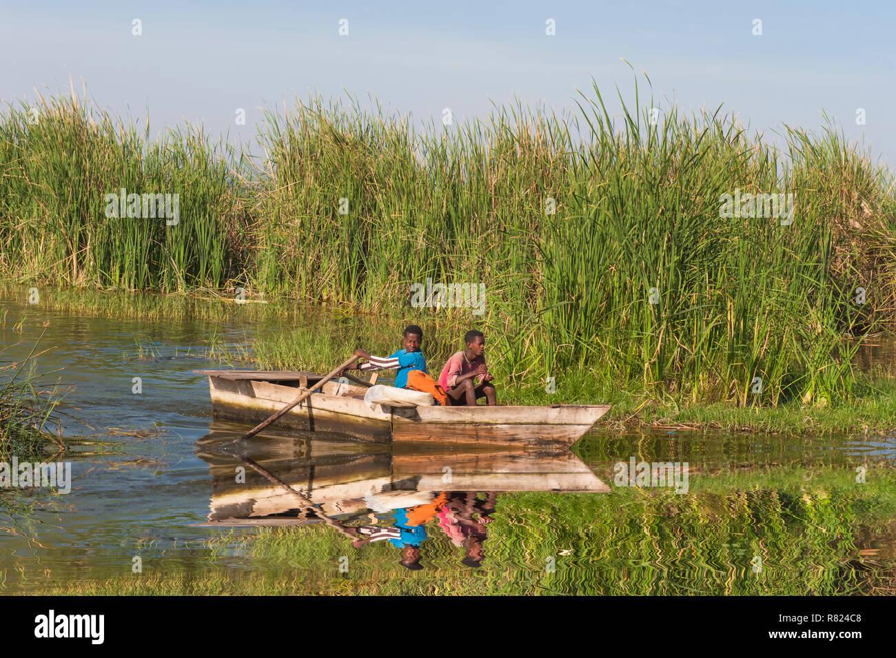 Small fishing boat arriving at Awasa fishing harbor, Awasa, Ethiopia - Stock Image