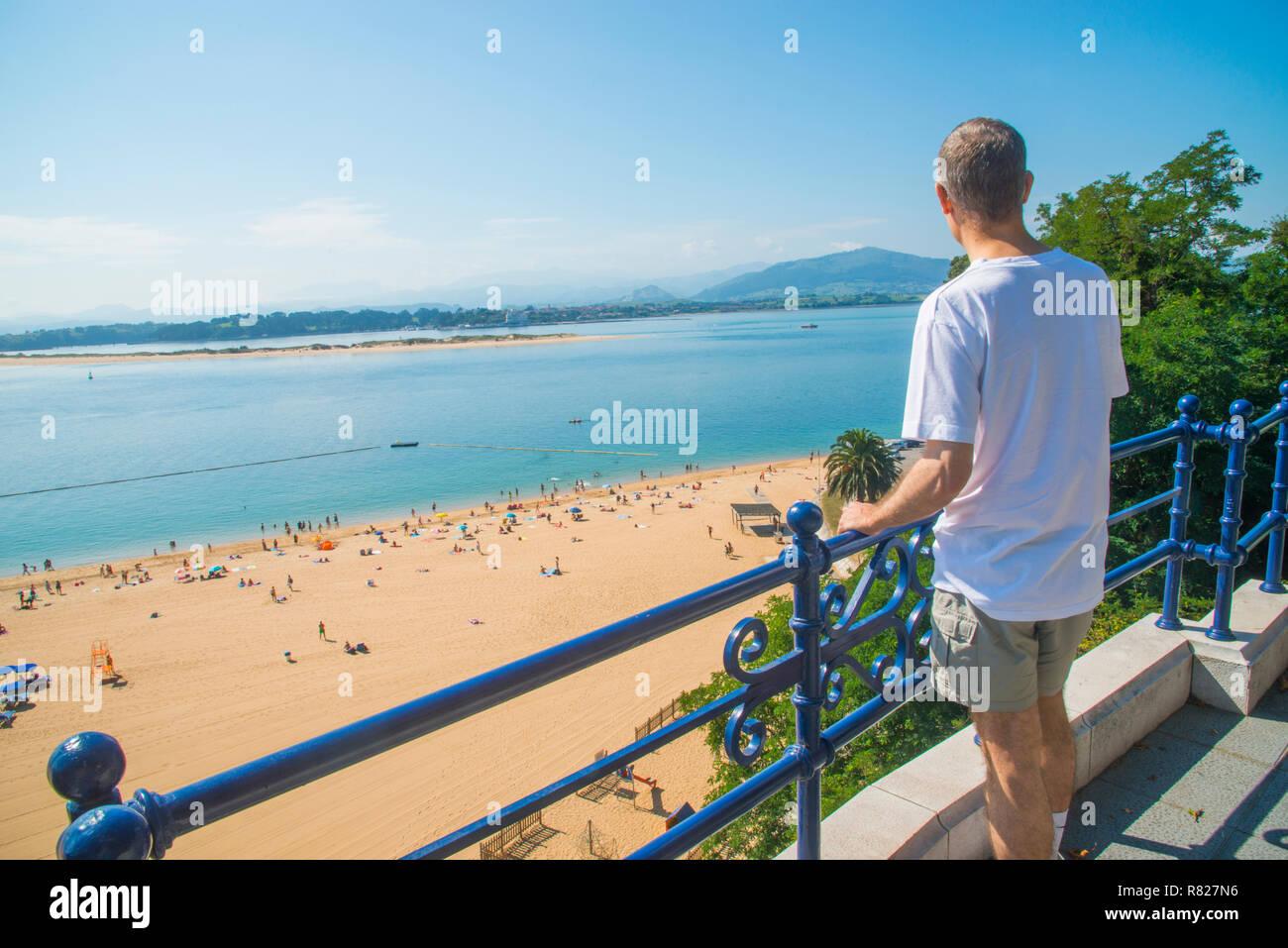 Man at the viewpoint over La Magdalena beach. Santander, Spain. - Stock Image