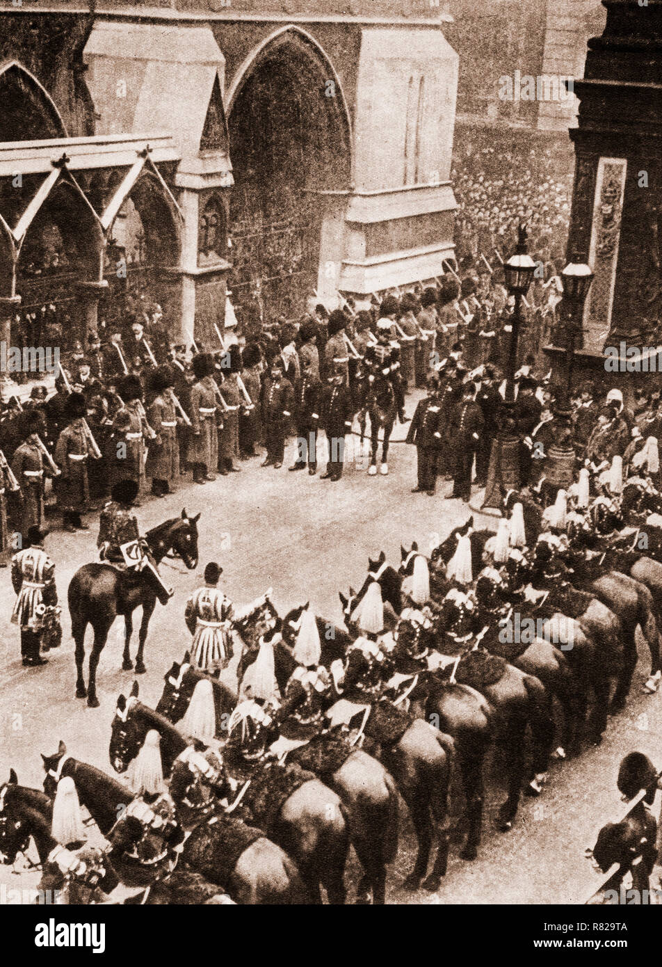 Temple Bar, London on May 9th, 1910, the day George V was proclaimed King. According to ancient customs the heralds must obtain the Lord Mayors permission before they can enter the City of London. It appears the the mayor is sovereign in the city and can forbid anyone (including the king) from entering. - Stock Image
