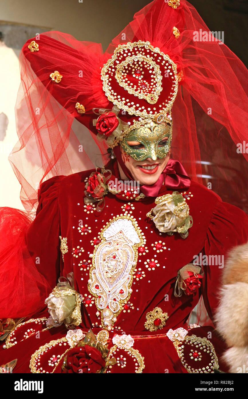 Fondamenta Zattere ai Gesuati, Dorsoduro, Venice, Italy: a carnevale reveller enjoys the spotlight - Stock Image
