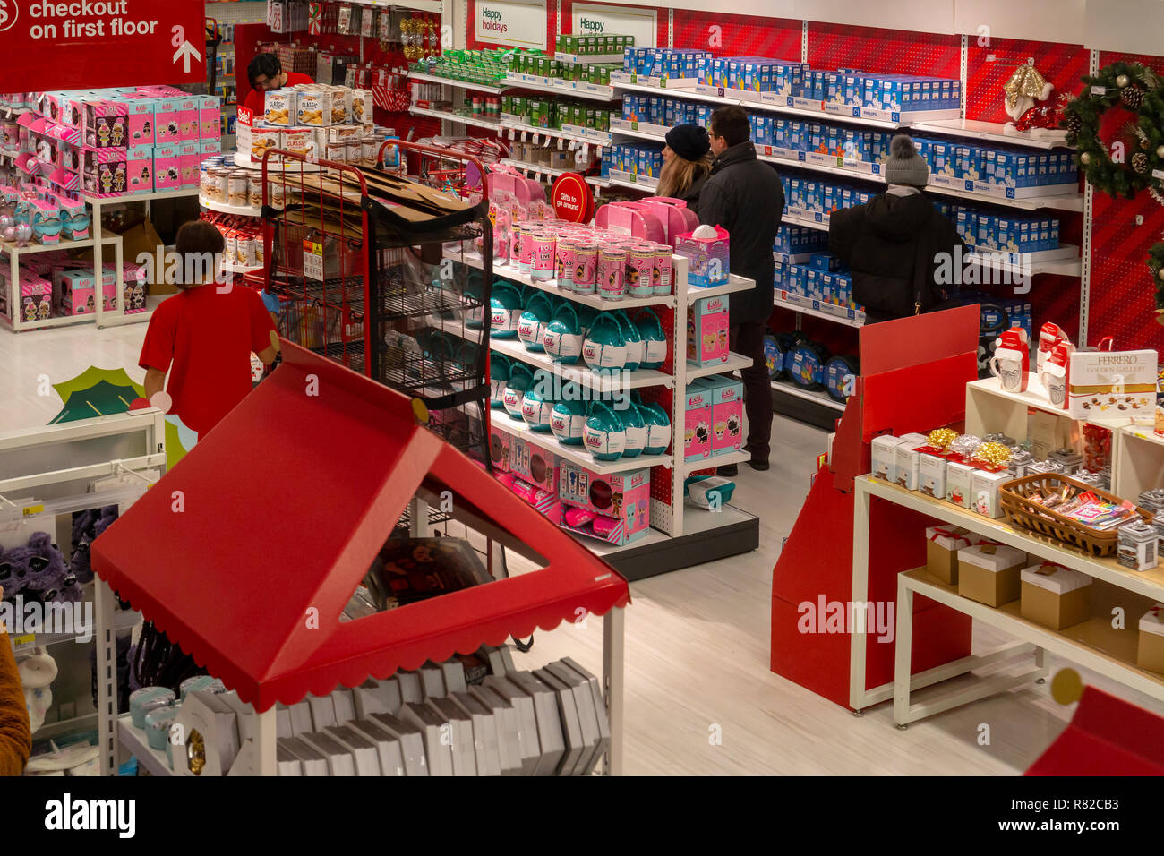 Target Christmas Commercial 2018.Pre Christmas Shoppers The Target Store In Herald Square In