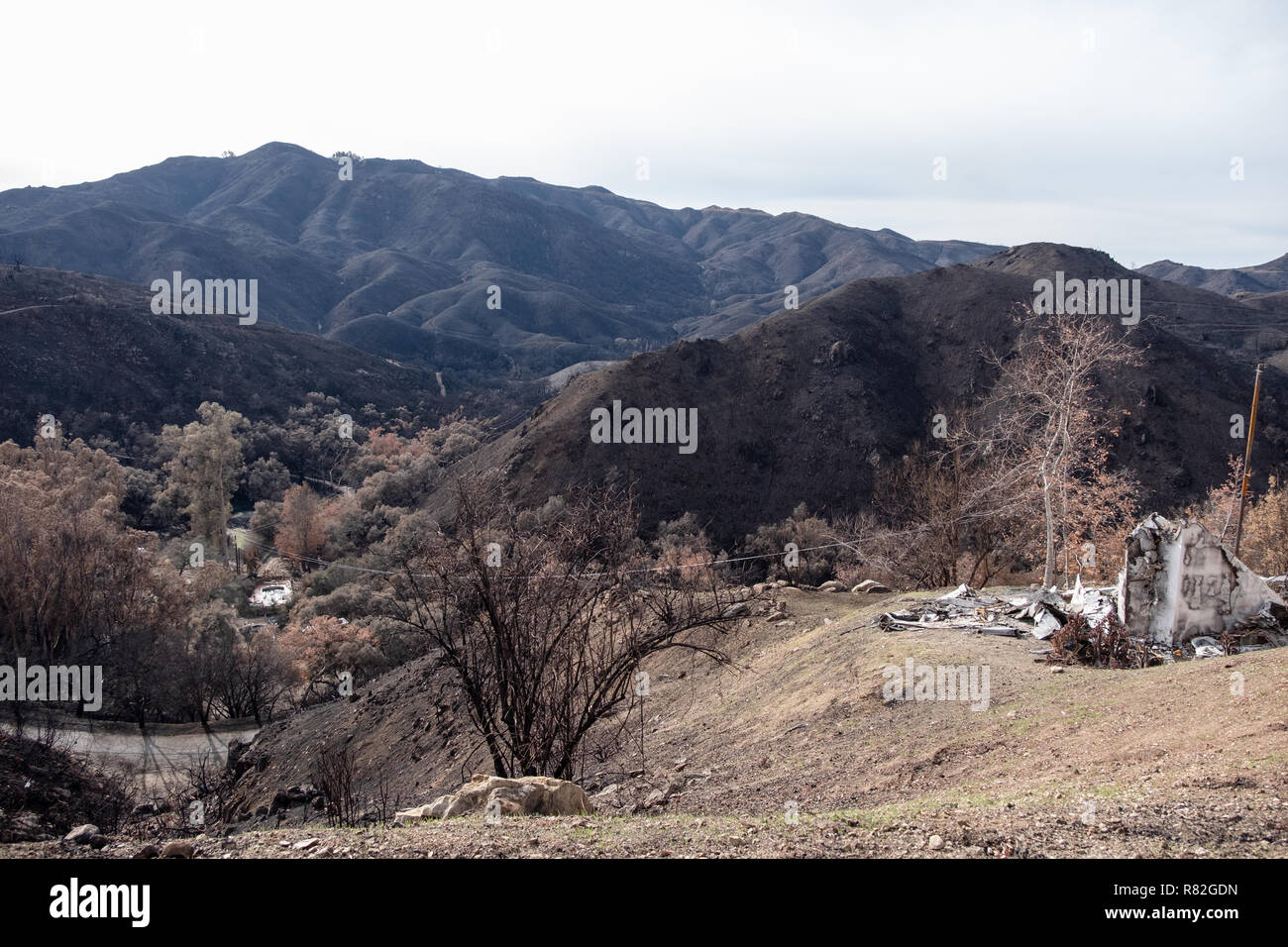 Charred hills and burned home in Wolsey Fire in Malibu State Park Agoura Hills California - Stock Image