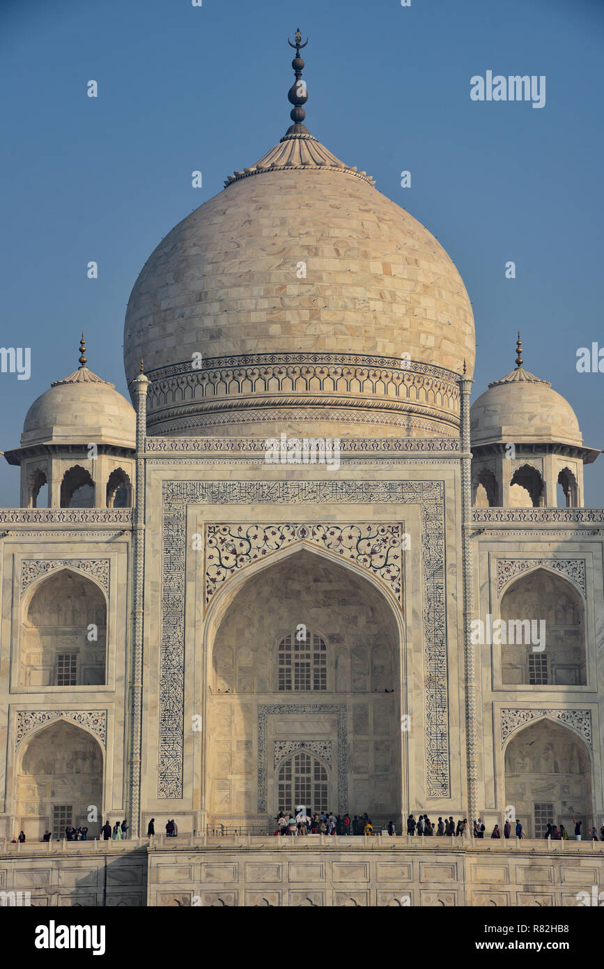 Main Tomb of one of the world's most famous buildings, the Taj Mahal. Built by the Mughal emperor Shah Jahan in memory of his wife Mumtaz Mahal, Agra. - Stock Image