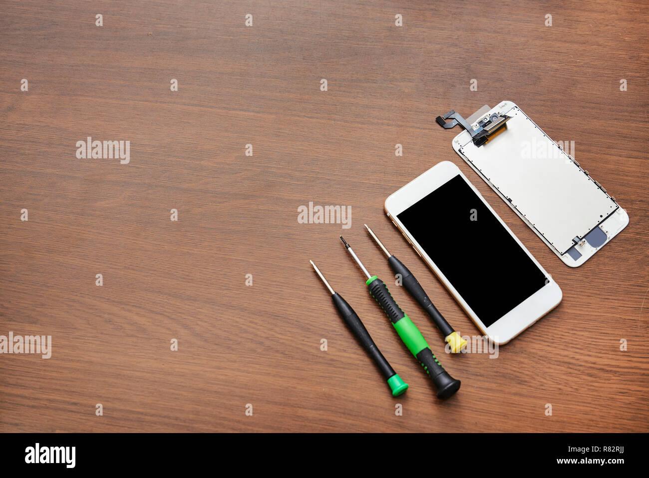 defekt smartphone with repair tool - Stock Image