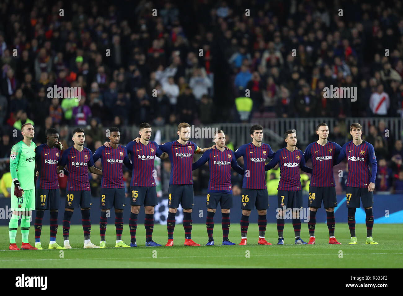 ¿Cuánto mide Munir El Haddadi? - Altura - Real height Barcelona-spain-11th-dec-2018-december-10-2018-barcelona-spain-players-of-barcelona-tand-for-a-minutes-silence-for-the-late-former-fc-barcelona-president-josep-luis-nunez-ahead-of-the-uefa-champions-league-group-b-football-match-between-fc-barcelona-and-tottenham-hotspur-on-december-11-2018-at-camp-nou-stadium-in-barcelona-spain-credit-manuel-blondeauzuma-wirealamy-live-news-R833F2