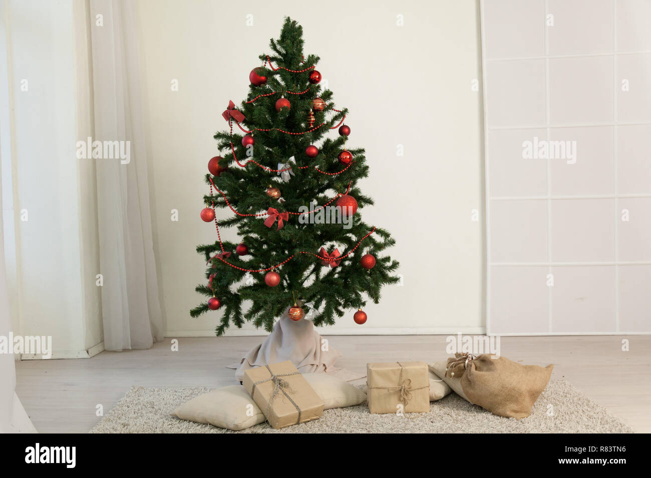 Christmas Home Interior Christmas tree with gifts holiday new year winter - Stock Image