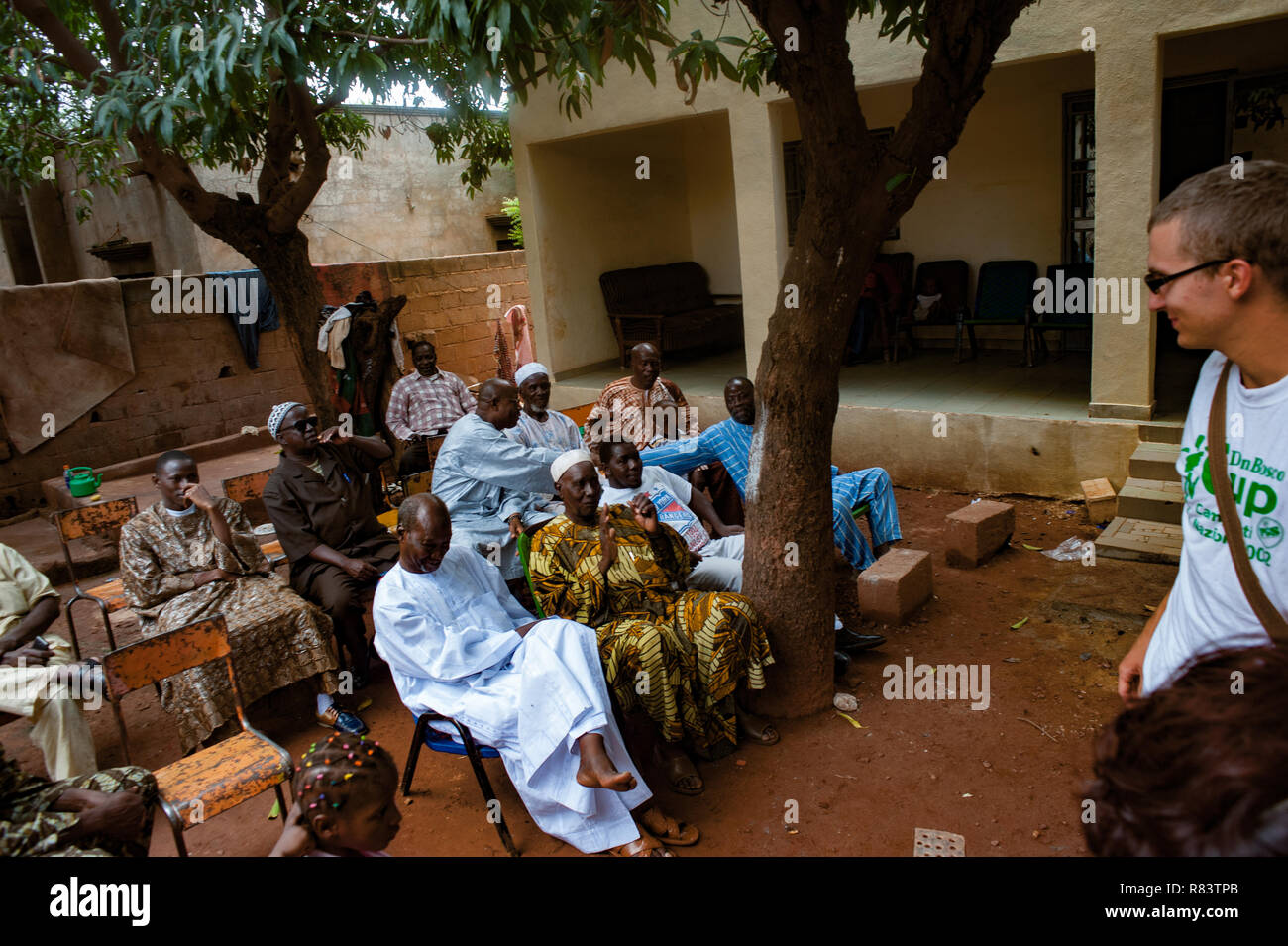 Mali Africa White Caucasian Volunteers And Black African People Enjoy Life In A Rural Village Near Bamako Stock Photo Alamy