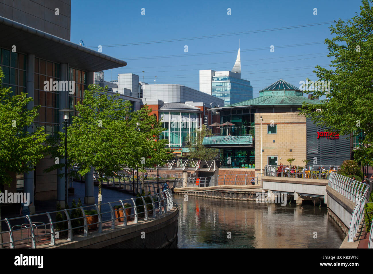 The River Kennet flows through the Oracle Shopping Centre in Reading, Berkshire Stock Photo
