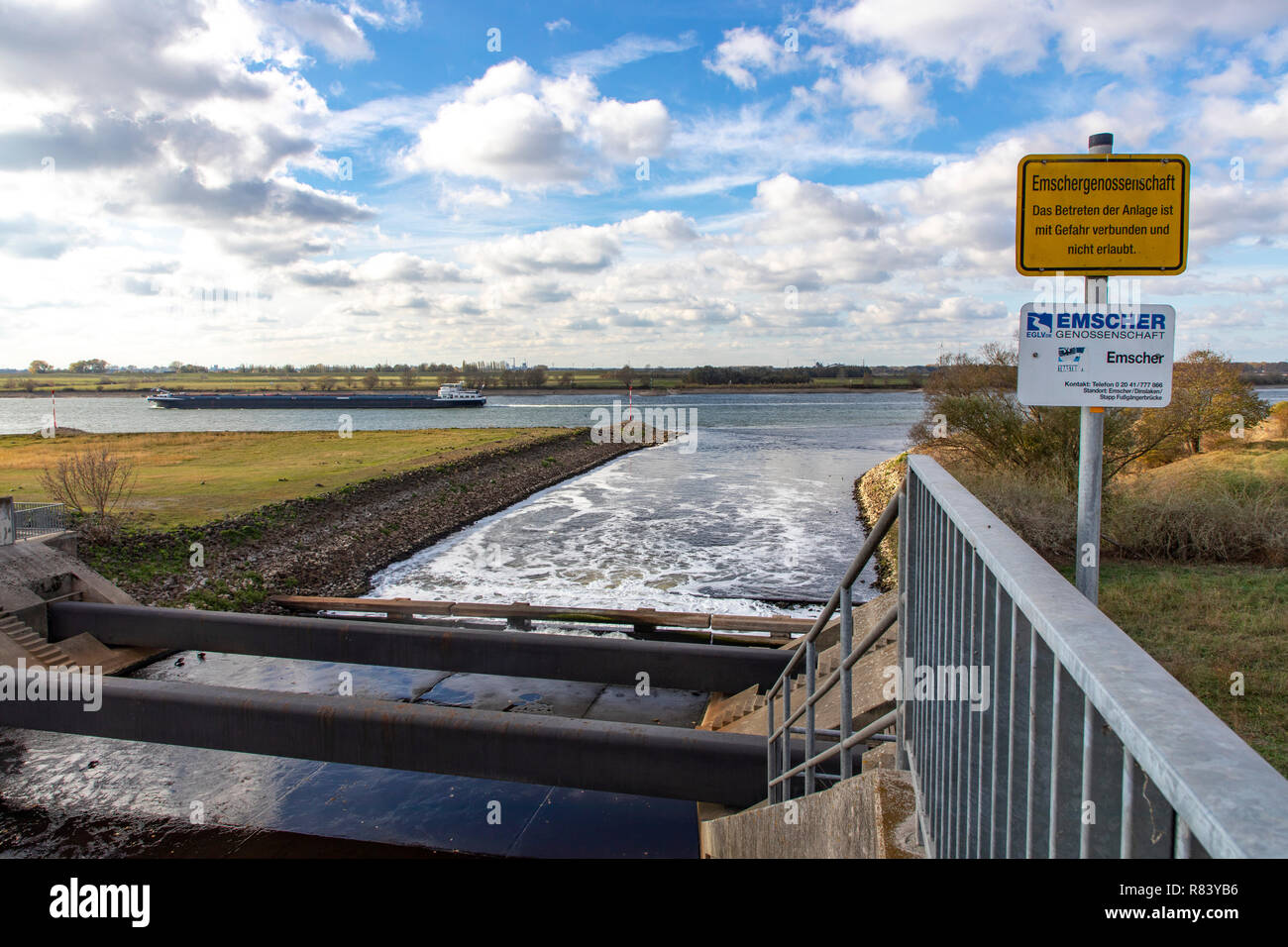 The mouth of the river Emscher in the Rhine near Dinslaken, next door is the new, renatured Emscher estuary lea, - Stock Image