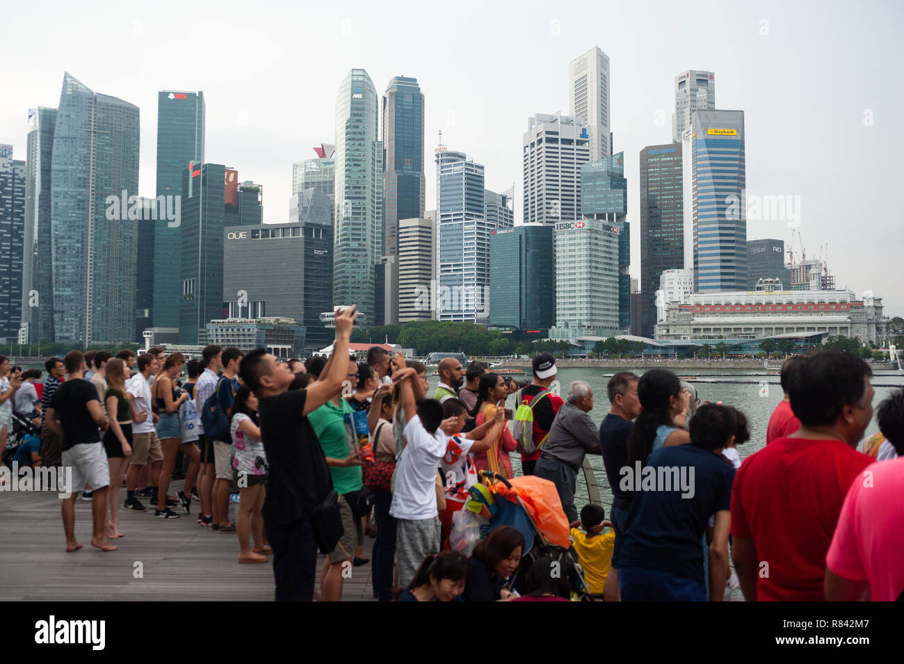 04.08.2018, Singapore, Republic of Singapore, Asia -Visitors follow an aerial manoeuvre of the Singapore Airforce over Marina Bay. - Stock Image