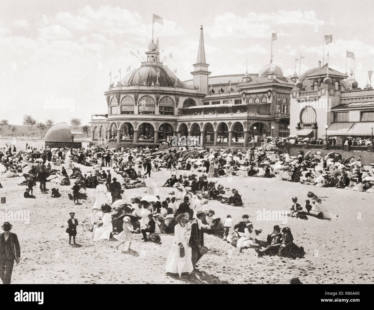 The casino and natatorium aka the plunge,  part of the Santa Cruz Beach Boardwalk, Santa Cruz, California, United States of America, c. 1915.  Adjoining the casino on the land side is the Hotel Casa del Rey and an extensive tent city.  From Wonderful California, published 1915. - Stock Image