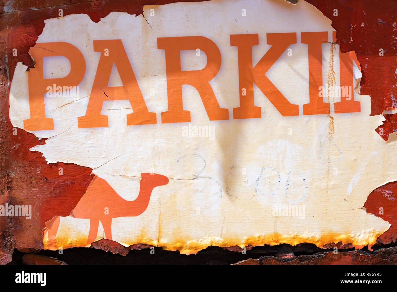 Old worn out parking sign in the Sahara Desert at Ksar Ghilane, Tunisia - Stock Image