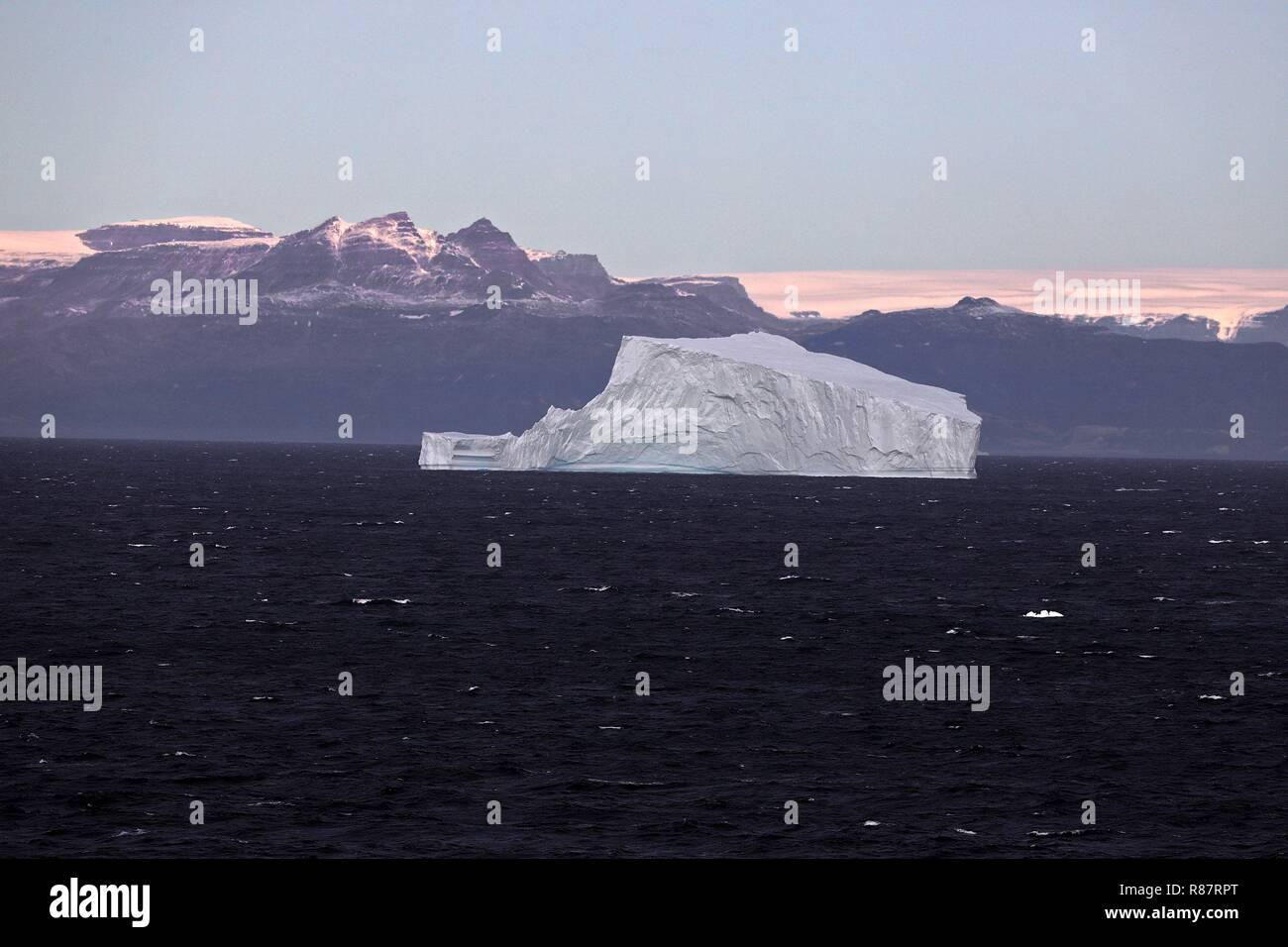 Grönland Disko Bucht: Zwei Stufen führen auf die Terrasse zu diesem Eisberg vor der Disko-Insel (50km entfernt) - Stock Image