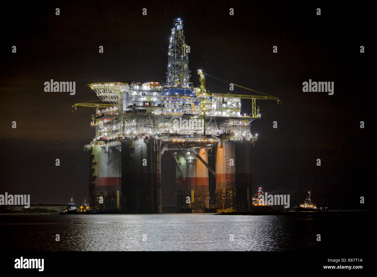 'Big Foot' Chevron's Deep Ocean Platform, tugboats assisting, midnight departure Ingleside Bay,  Kiewit Industries. - Stock Image