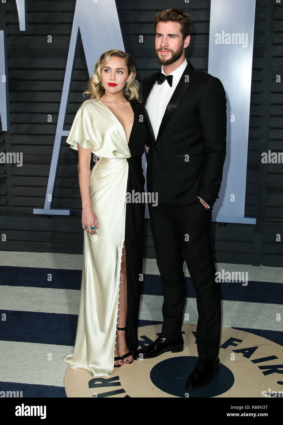 File Miley Cyrus And Liam Hemsworth Donate 500 000 To Emergency Relief After Losing Home In California