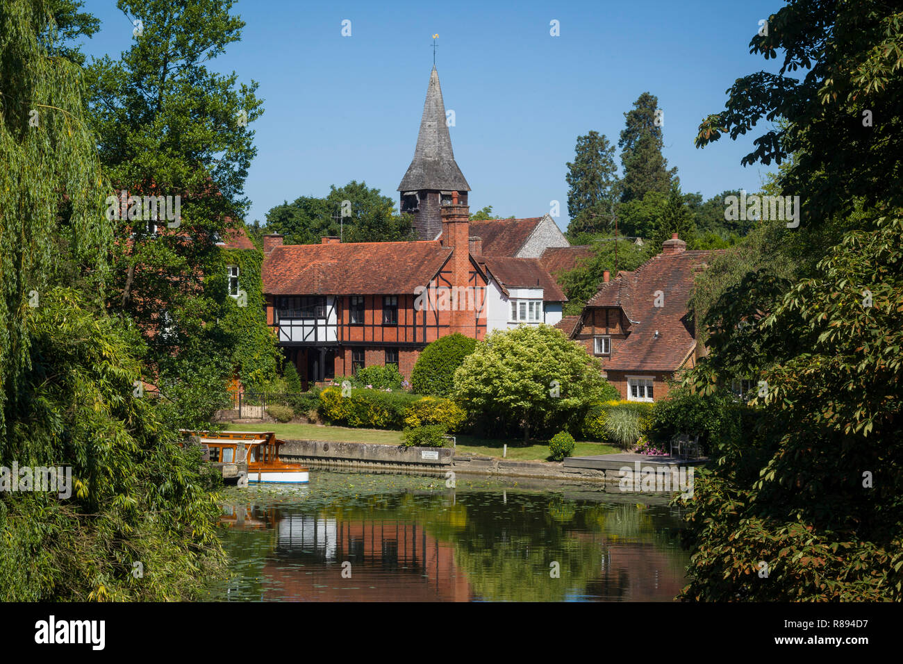 St. Mary's Church at Whitchurch-on-Thames viewed from Pangbourne Toll Bridge Stock Photo