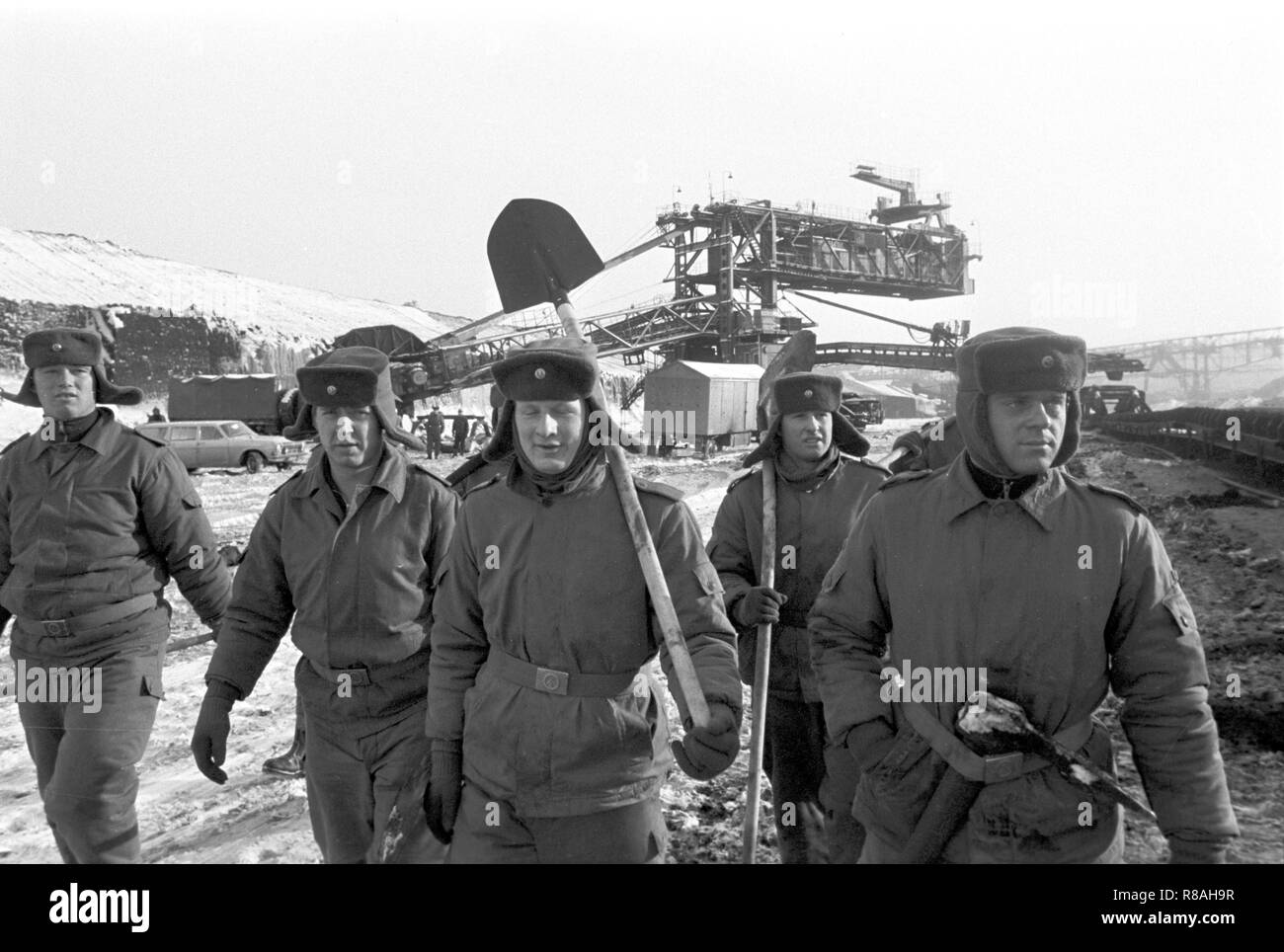 Use of soldiers in the Welzow-Sud open pit in the former district of Cottbus (Brandenburg) on 02.01.1979. The time around the turn of the year 1978/1979 went down in the history of the GDR as 'disaster winter'. Within a few hours, temperatures dropped from mild five to minus 20 degrees, with heavy snowfall disrupting traffic and large parts of the economy. The frost stopped the conveyor belts and let the coal freeze in the wagons. Photo: Erich Schutt/dpa central image/ZB - NO PICTURE USE - | usage worldwide - Stock Image