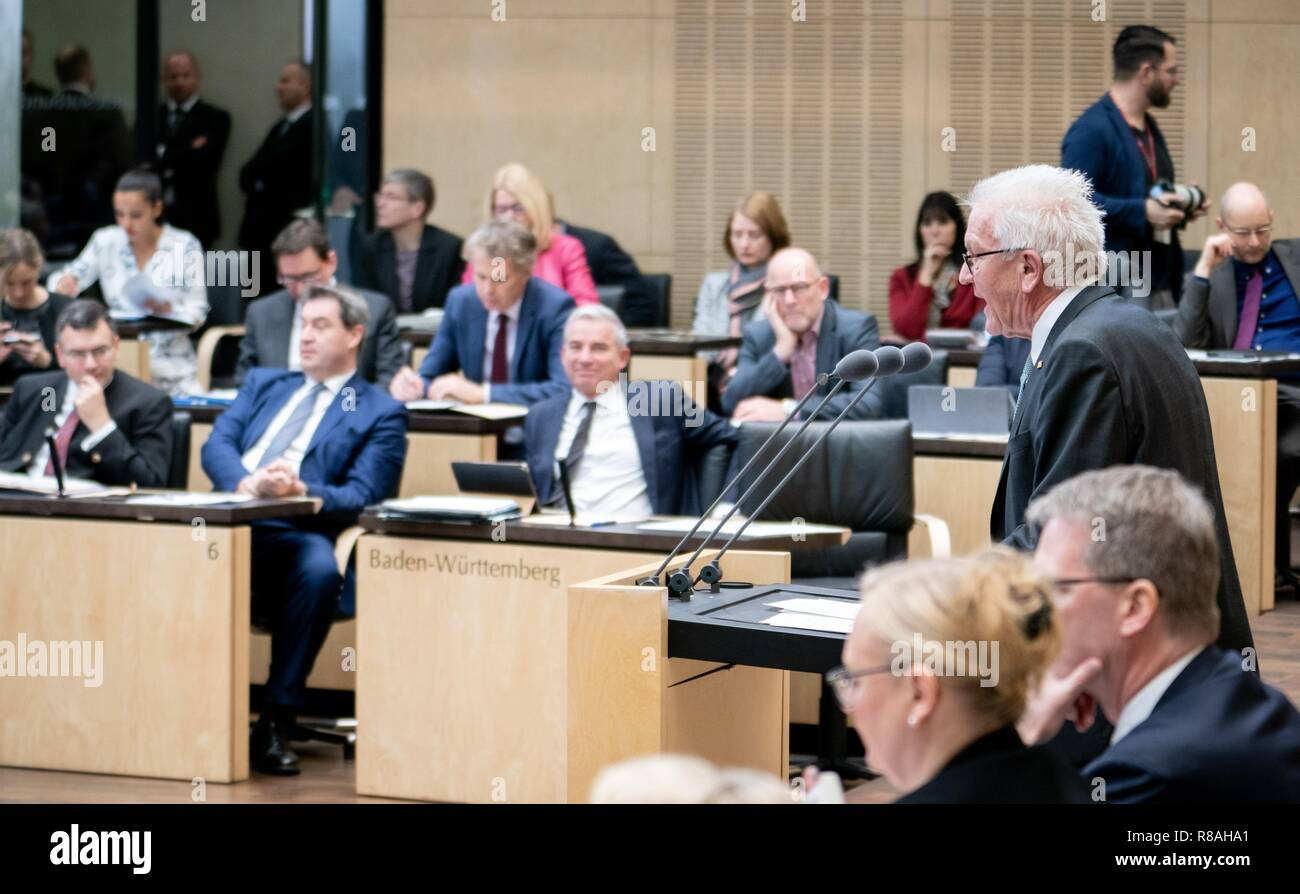 Berlin, Germany. 14th Dec, 2018. Winfried Kretschmann (r, Bündnis 90/Die Grünen), Minister President of Baden-Württemberg, speaks at the meeting of the Bundesrat. In the last session of the year, the regional chamber finally deals with several laws of the grand coalition, including tightening the rent brake, more further training, higher nursing care contributions in 2019, postponement of the ban on anaesthetised piglet castration. Credit: Kay Nietfeld/dpa/Alamy Live News - Stock Image