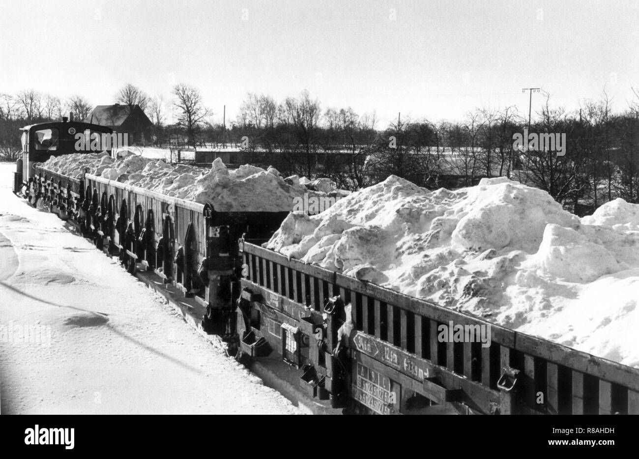 Wagons full of snow are transported on February 4, 1979 after Heide (Schleswig-Holstein) and from there into a sandpit in Weddingstedt. The snow masses came from the railway stations Hamburg and Lubeck., Which threatened to suffocate in the snow. The drop in temperature on December 29, 1978, led to snow chaos in northern Germany, the north of the GDR, Denmark, and southern Sweden. Partly the traffic and the power supply collapsed, localities were cut off from the outside world. In the Federal Republic alone, 17 people were killed because of the snow chaos. On February 14, 1979 dense snowfall a - Stock Image