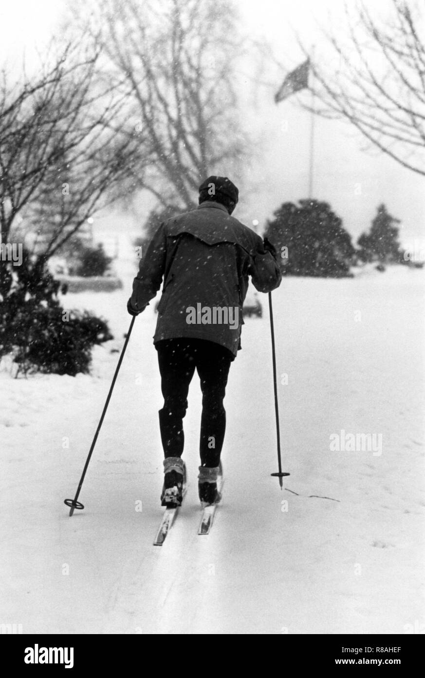 with cross-country skis is a sporty hamburger on January 24, 1979 on the snowy Alsterwiesen Hamburg. The drop in temperature on December 29, 1978, led to snow chaos in northern Germany, the north of the GDR, Denmark, and southern Sweden. Partly the traffic and the power supply collapsed, localities were cut off from the outside world. In the Federal Republic alone, 17 people were killed because of the snow chaos. | usage worldwide - Stock Image