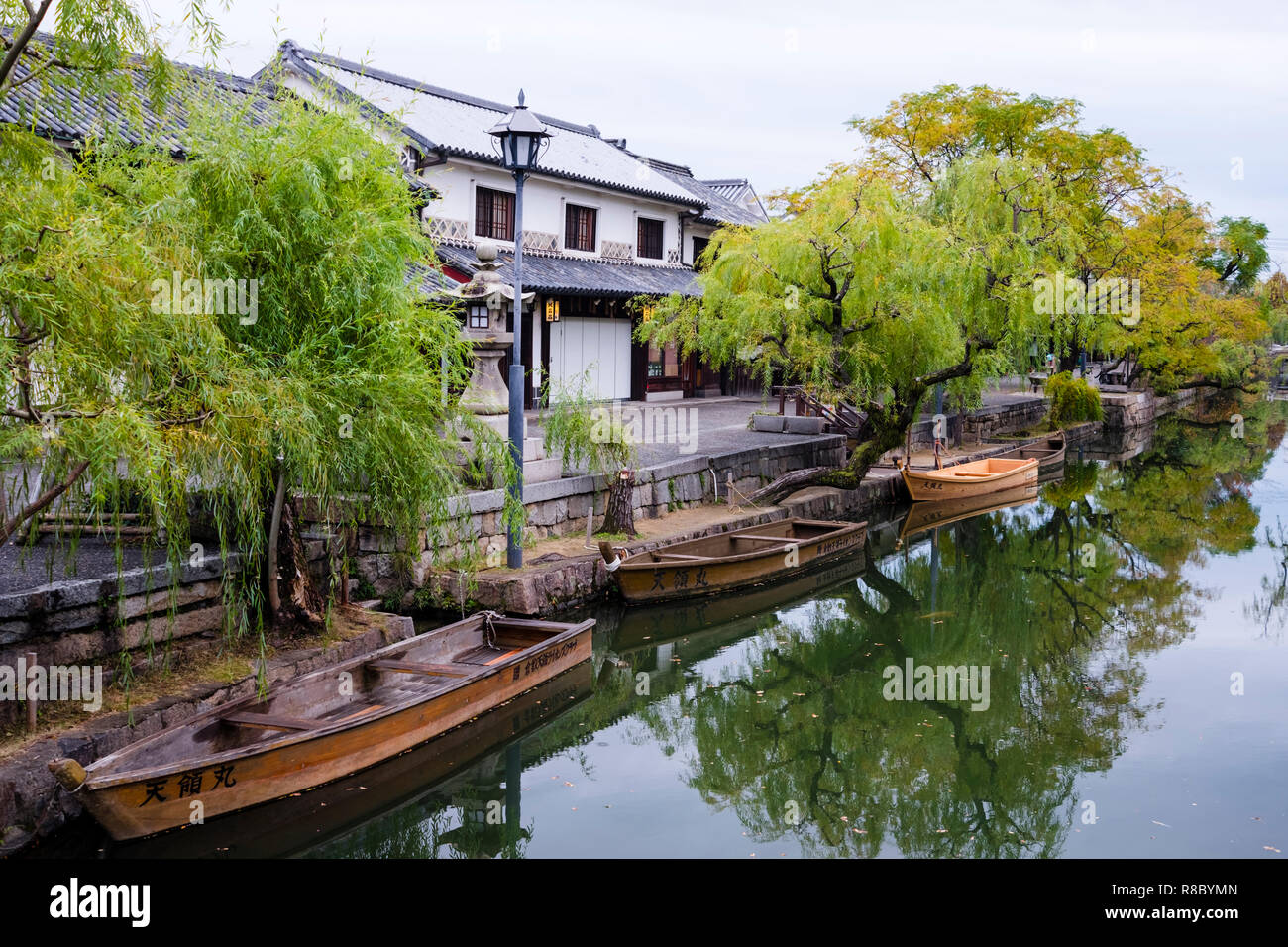 Ancient canal in the Bikan historic disctrict of Kurashiki. Situated in Okayama Prefecture near the Inland Sea, the city has become famous for its int - Stock Image