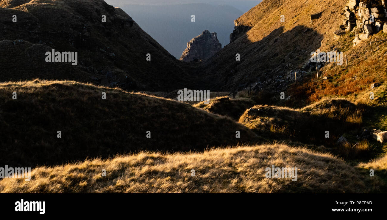 The great landslip of Alport Castles above Alport Dale in the Derbyshire High Peak UK where millstone grit strata have slipped over shale beds - Stock Image